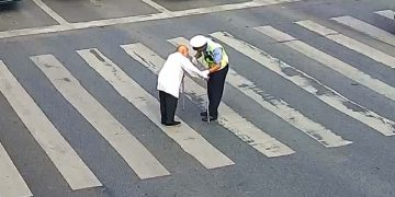 مؤثر فيديو يوثق مشهد شرطي مرور يحيي عملا إنسانيا نفتقده