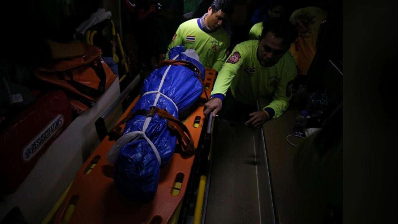 فرقة إنقاذ تحمل أحد ضحايا غرق المركبين بتايلاند
