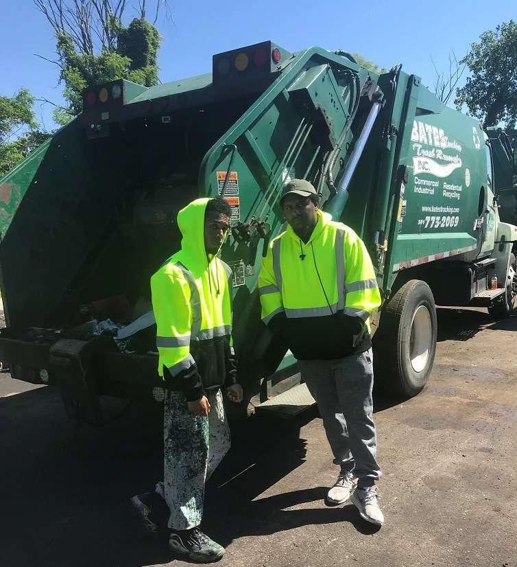 ريهان وريجي ستاتون أثناء عملهما في بيتس لخدمات النقل وإزالة القمامة