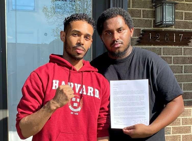 ريهان وريجي ستاتون بعد تلقيه رسالة القبول من جامعة هارفرد في مارس