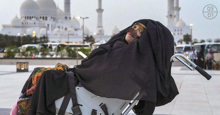السيدة منيرة عبد الله أمام مسجد الشيخ زايد